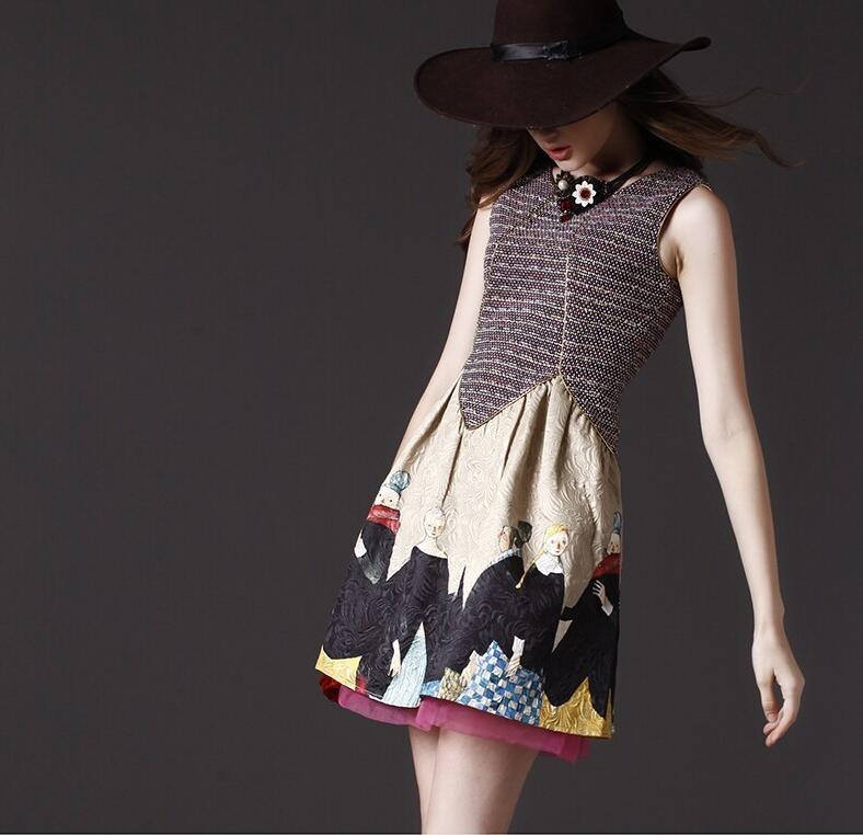 Rochie eleganta deosebita, scurta, fara maneci, cu imprimeu vintage, pe linia corpului, cu fir auriu