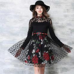 Rochie neagra cu dantela, tulle si decoratiuni florale aplicate