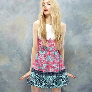 Rochie fara maneci cu print colorat, stransa in talie