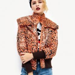 Geaca scurta de iarna pentru femei, cu imprimeu animal print grafic model fashion, cu fermoar, gluga si capse