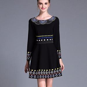 Rochie neagra cu talie si broderie decorativa colorata