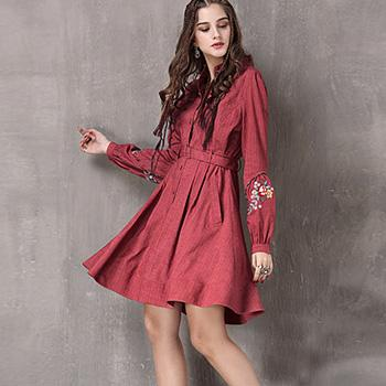 Rochie rosie cu maneci lungi si broderie florala
