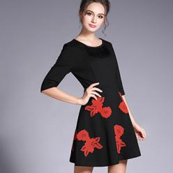 Rochie neagra cu broderie florala rosie