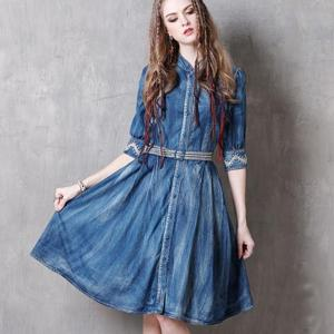 Rochie denim retro vintage si broderie decorativa