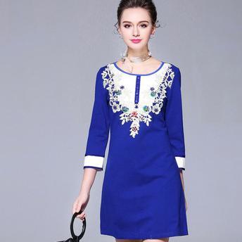 Rochie albastra eleganta cu plastron si broderie delicata